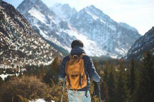 Un randonneur de dos face à la montagne