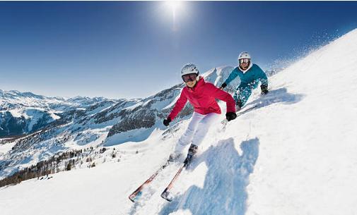 deux skieurs sur une piste