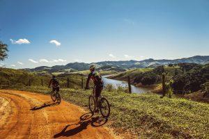 Cyclistes qui descendent une piste à vélo