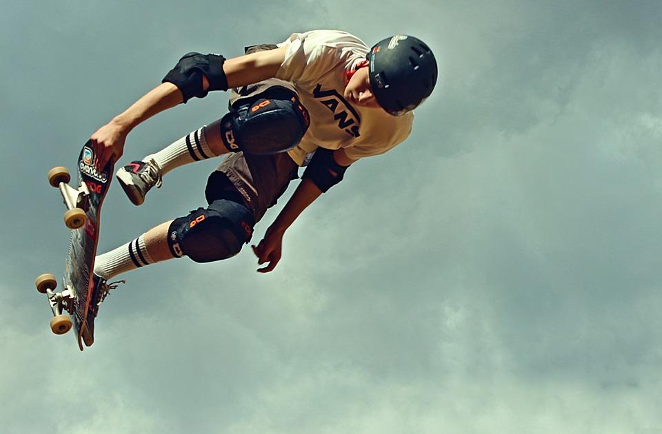 Skateur qui fait des figures en skateboard en portant des protections