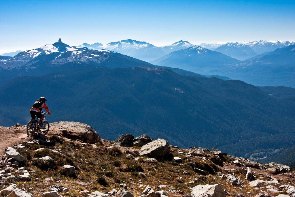 Cycliste qui admire le panorama de la montagne qu'il a devant lui