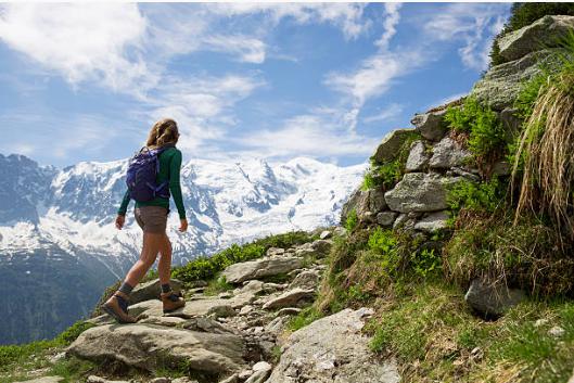 femme qui randonne en montagne
